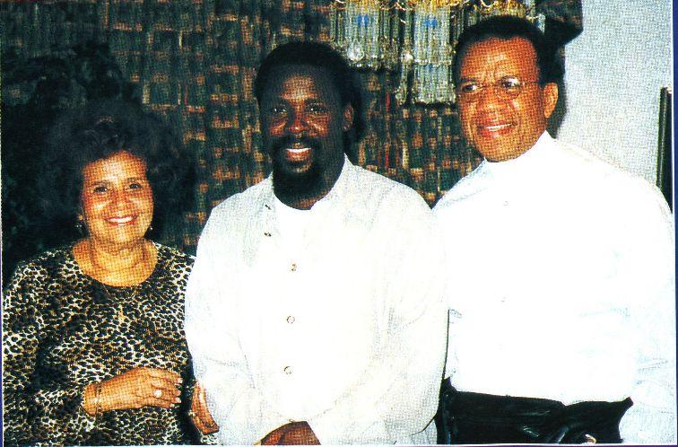 Пророк T.B. Joshua в окружении епископа и миссис Joseph Carlington из Церкви Завета, Питтсбург, США