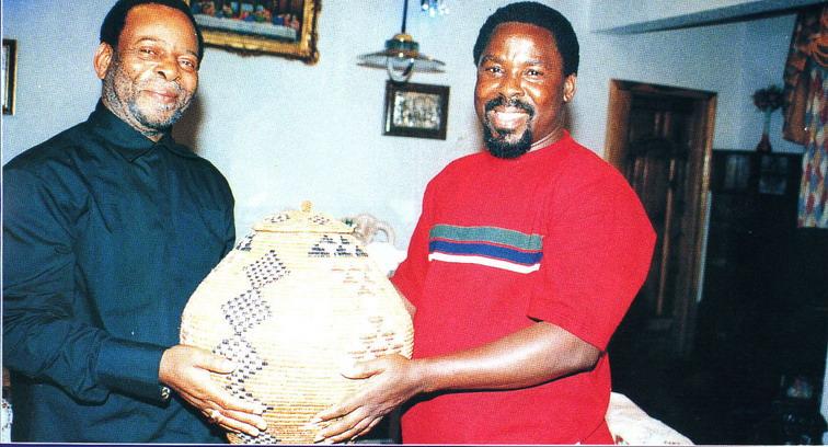Пророк T.B. Joshua принимает царский подарок от Его Величества Goodwill Zwelithini - короля зулусов (ЮАР)