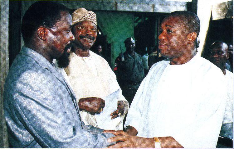Пророк T.B. Joshua с тёплыми рукопожатиями с Его Превосходительством, губернатором штата Abia - Orji Uzor Kalu, в рядом за этим наблюдает бывший министр информации - Alex Akinyele
