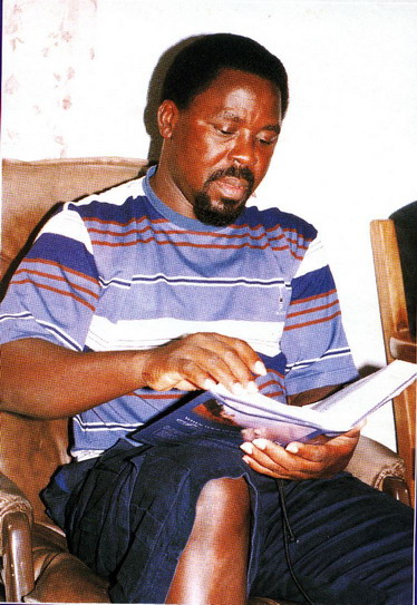 Пастор T.B. Joshua открывает Библию