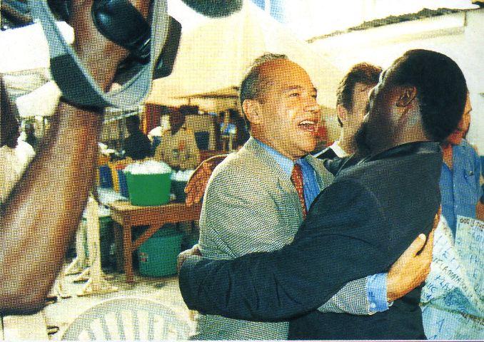 Пророк T.B. Joshua в горячих объятиях Sebastiano Neves, консула посольства Бразилии в Нигерии