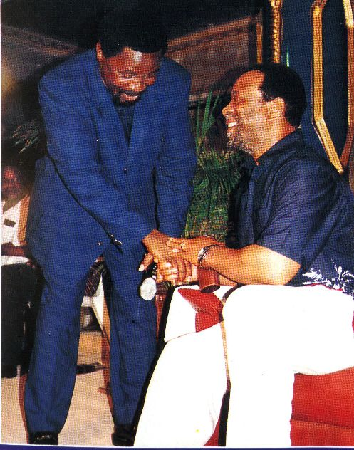 Пророк T.B. Joshua пожимает руку Королю Zwelithini
