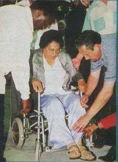 Пророк Joshua и пастора возлагают руки на Maude Thuynsma (79), страдающей болезнью Паркенсона.