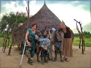 Мишель Перри и Дженни Джой с суданскими детьми