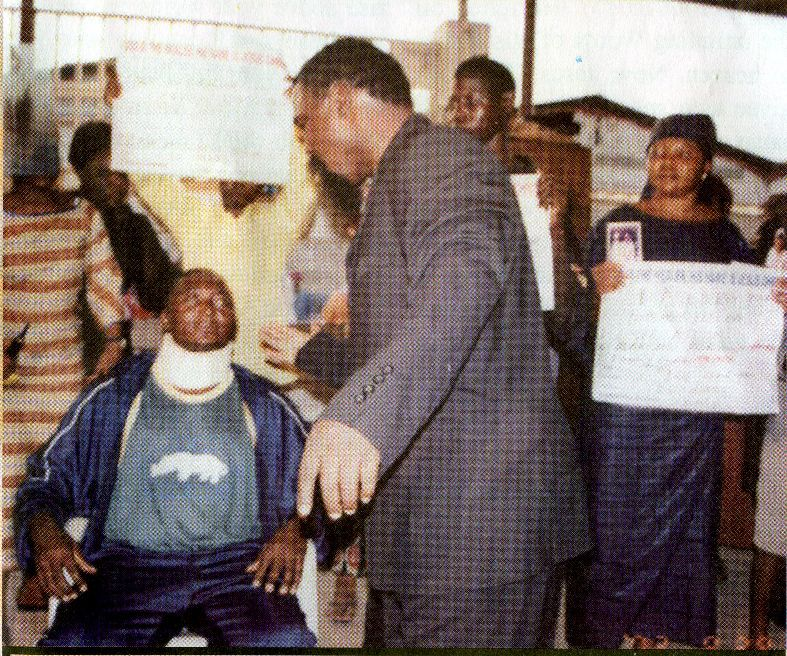 Пророк TB Joshua исповедует Божье Слово, чтобы Merontso Maurice исцелился