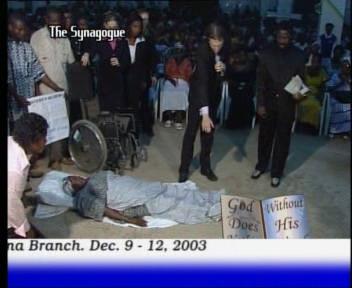 Пророк T.B. Joshua и один из учеников - Dave Tonge молятся за исцеление