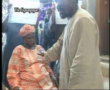 Пророк TB Joshua молится за женщин с проблемами в родах
