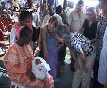 В конце служения, через несколько часов - люди поздравляют женщину и смотрят на ребёнка